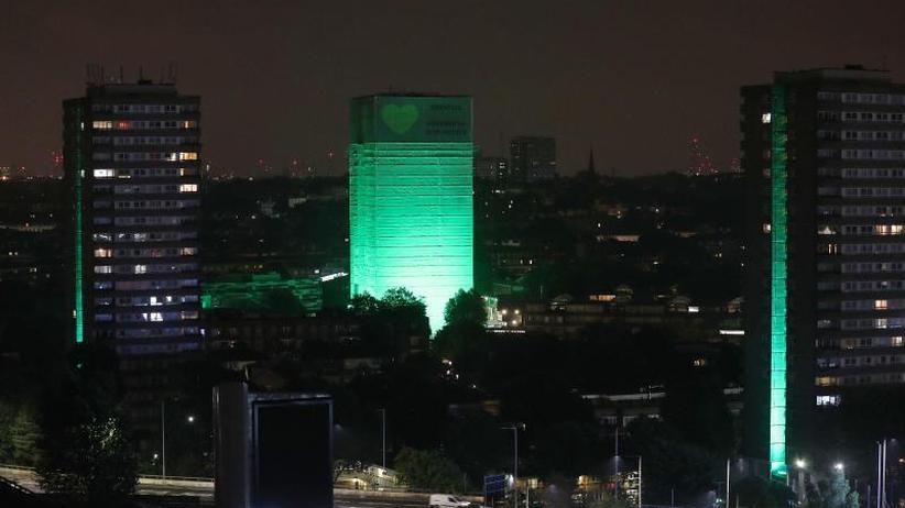 Gedenken in London: Ein Jahr nach Brandkatastrophe: Grenfell Tower in Grün