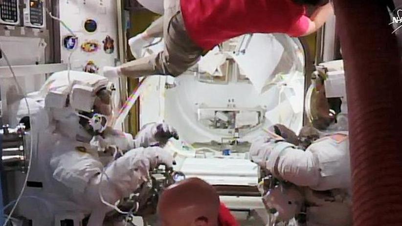 Astronauten montieren Kameras: Gerst hilft Kollegen bei Außeneinsatz an der ISS