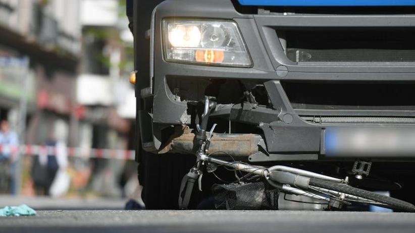 Abbiege-Assistenten gefordert: Radfahrer-Falle toter Winkel: Gefahr durch abbiegende Lkw