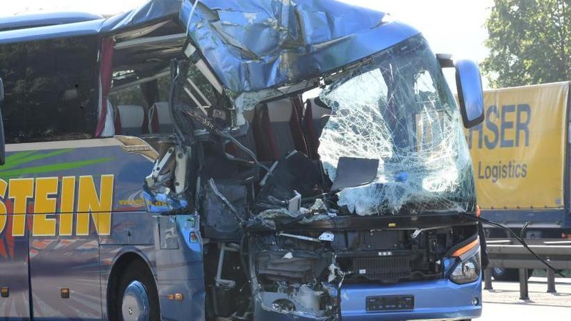 Unfallort vor Großbaustelle: Busunfall im A5-Stau: Reiseleiterin stirbt, 31 Verletzte