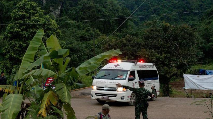 Eingeschlossenes Fußballteam: Große Hoffnung in Thailand: Erste Jungen aus Höhle gerettet