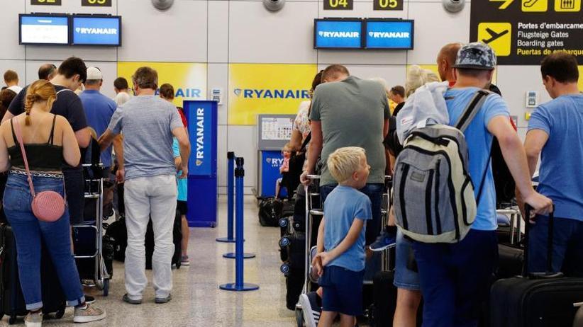 Rund 500 Flüge fallen aus: Ryanair-Personal streikt mitten ...