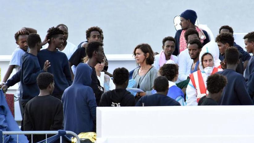 Lage an Bord spitzt sich zu: Weiter keine Lösung für Migranten auf italienischem Schiff