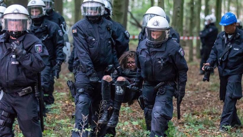 Auf langen Einsatz eingestellt: Polizei setzt Räumung der Baumhäuser im Hambacher Forst fort