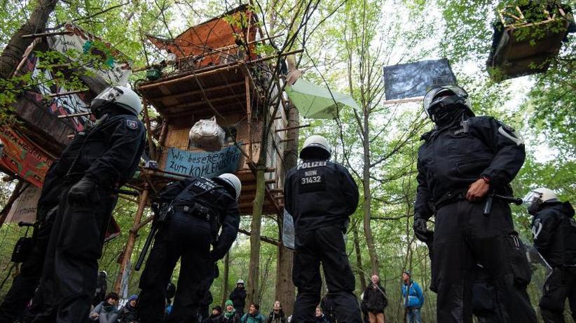 Nach ruhiger Nacht: Polizei setzt Räumung im Hambacher Forst fort