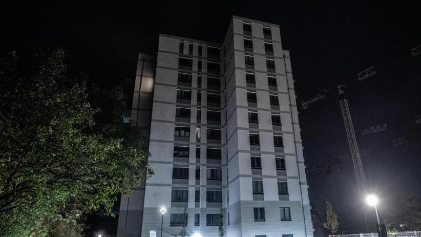 Mordkommission ermittelt: Baby und Mann stürzen aus Hochhaus in den Tod