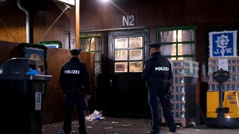 Polizei vernimmt Zeugin: Tödlicher Streit auf Oktoberfest: Schläger auf der Flucht