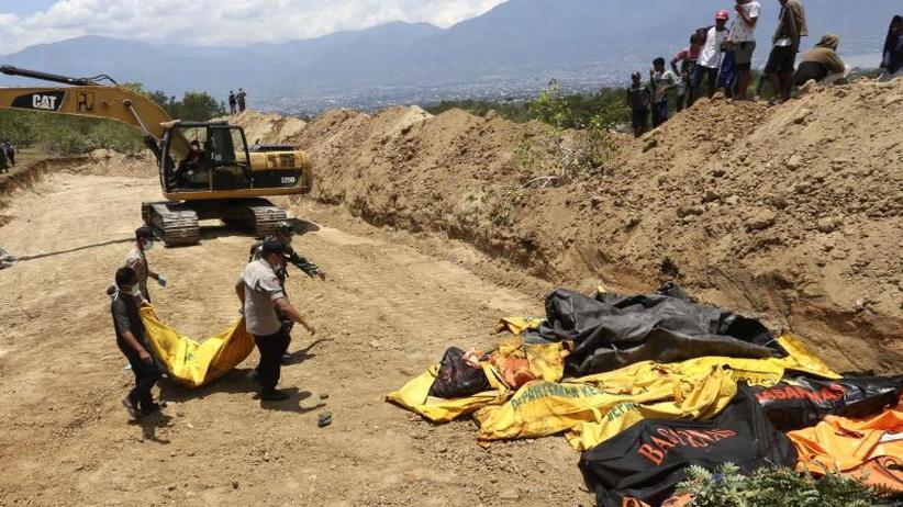 Helfern fehlt Sprit und Geräte: Indonesien bittet nach Tsunami um internationale Hilfe