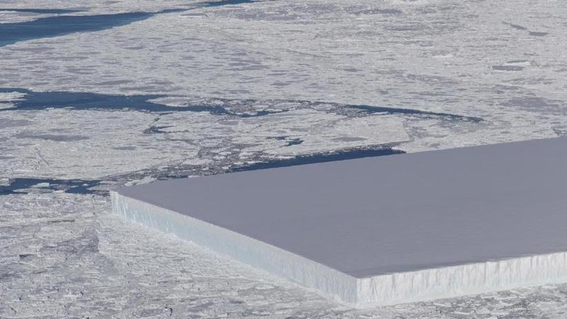 Wer war das?: Rechteckiger Eisberg treibt in der Antarktis