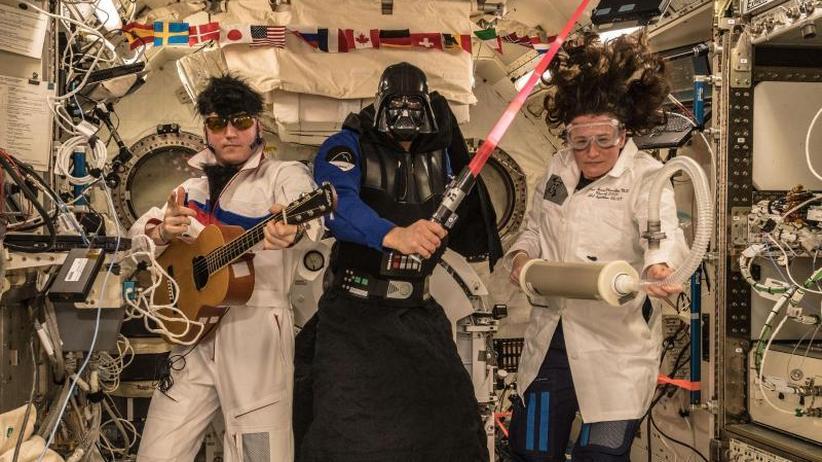 Grüße aus dem All: Alexander Gerst und seine Crew feiern Halloween im All