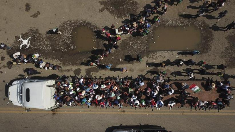 US-Soldaten an Grenze: Migranten-Gruppe setzt Weg in Richtung Norden fort
