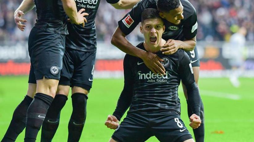 Schalker Uth schwer verletzt: Frankfurt nach 3:0 über Schalke vor Bayern