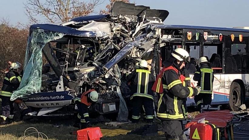 Frontaler Zusammenstoß: Mehrere schwerverletzte Kinder bei Kollision von Schulbussen