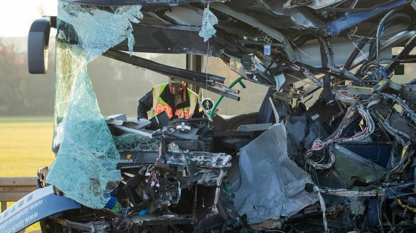Frontaler Zusammenstoß: Mindestens 40 Verletzte bei Schulbus-Unfall