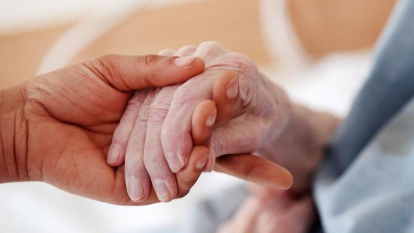 Demente besonders gefährdet: Verborgene Gewalt - Übergriffe in der häuslichen Pflege