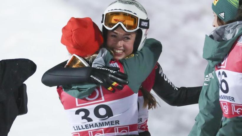 Weltcup in Lillehammer: Überraschung : Skispringerin Seyfarth holt ersten Sieg