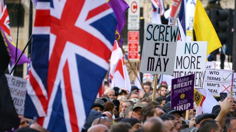 Misstrauensantrag?: May auf Brexit-Mission in Irland