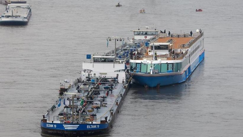 Maschinenschaden: Schiff mit über 150 Menschen kollidiert fast mit Rheinbrücke
