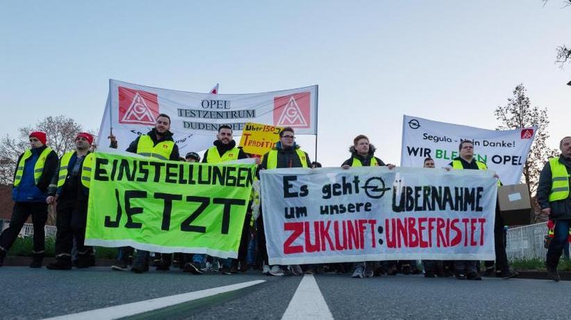 Betriebsversammlung: Opelaner demonstrieren gegen Teilverkauf
