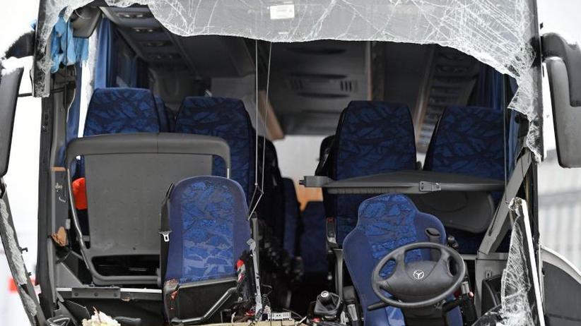 Eine Tote, 44 Verletzte: Bus nach Düsseldorf bei Zürich verunglückt