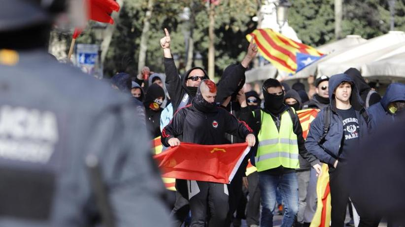 Am Jahrestag der Neuwahl: Spanische Regierungssitzung in Katalonien sorgt für Randale