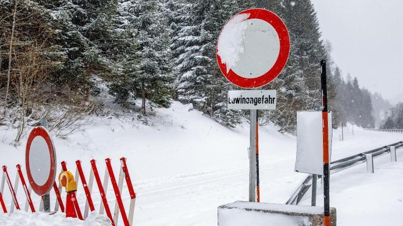 Tote durch Lawinenabgänge: Schneechaos: Heftiger Wintereinbruch im Alpenraum