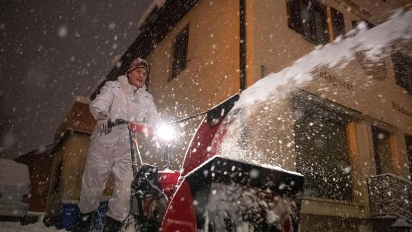 Pendler sitzen fest: Schnee ohne Ende in Bayern und Österreich