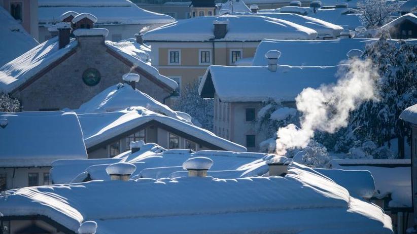 Helfer im Dauereinsatz: Südbayern im Ausnahmezustand - neuer Schnee erwartet
