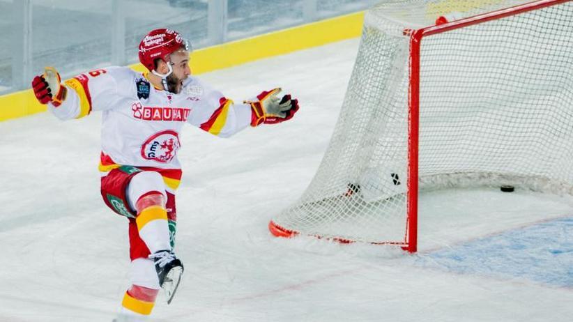 Eishockey-Spektakel: DEG gewinnt Freiluft-Derby und feiert Gogulla