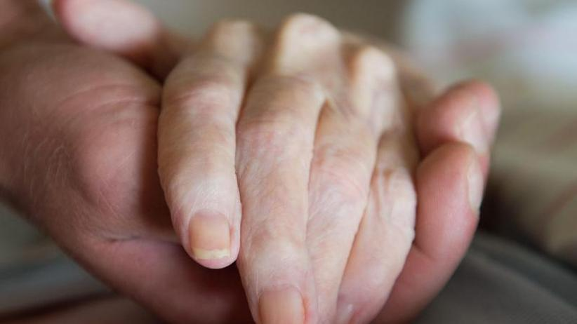 Alternde Gesellschaft: Studie: Pflegebeitrag muss weiter steigen