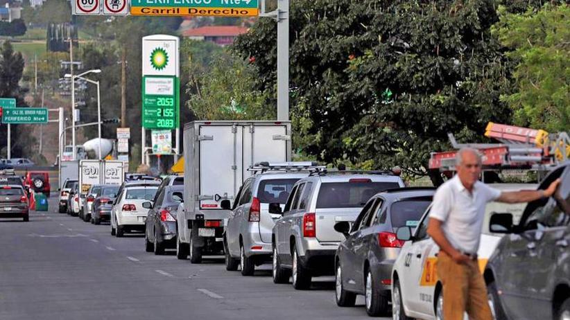 Tanken als Geduldsprobe: Kampf gegen Benzin-Diebe: Mexikaner sitzen auf dem Trockenen