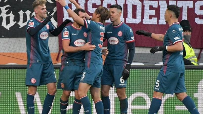 2:1 in Augsburg: Nach Posse um Funkel: Düsseldorf holt vierten Sieg am Stück