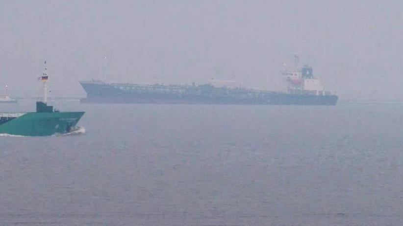 9000 Tonnen Gefahrgut: Havarierter Gefahrgut-Tanker in der Elbe wieder frei