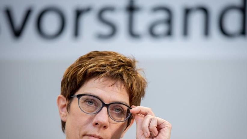 Politiker-Rangliste: Umfrage: Kramp-Karrenbauer beliebter als Merkel