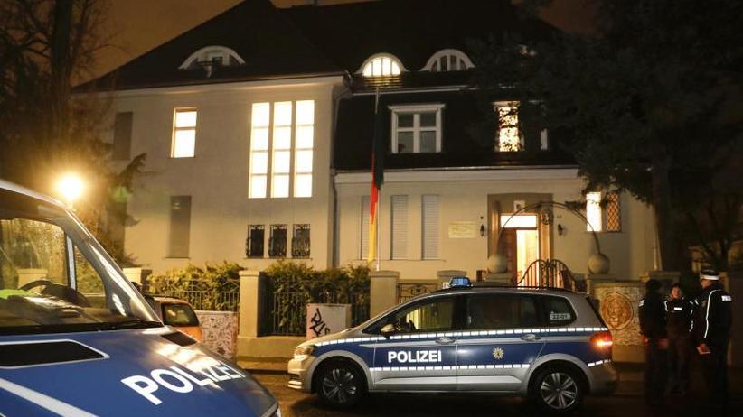 Beschädigungen in dem Gebäude: Botschaft Kameruns in Berlin einige Stunden nachts besetzt