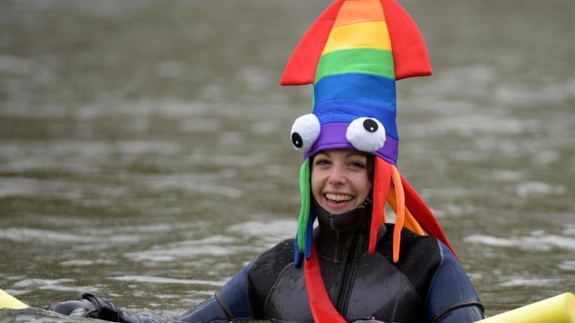 Eisiges Spektakel: Mehr als 1900 Schwimmer steigen in die Donau