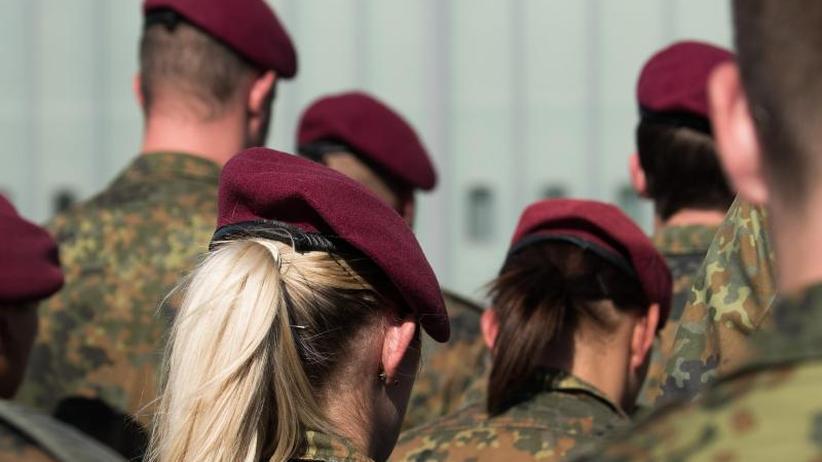 Frauen dürfen Zopf tragen: Soldat will lange Haare tragen - Bundesgericht lehntab