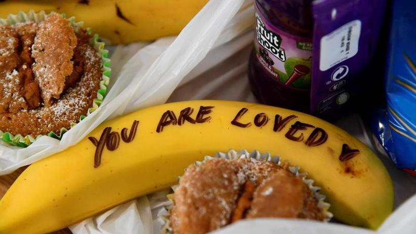 Britische Royals: Herzogin Meghan schreibt Mut-Botschaften auf Bananen