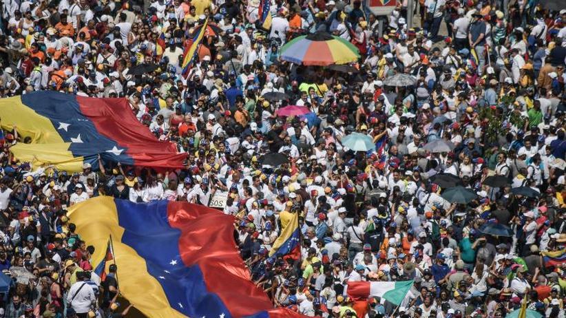 Krise in Venezuela: Kräftemessen zwischen Guaidó und Maduro auf Caracas' Straßen