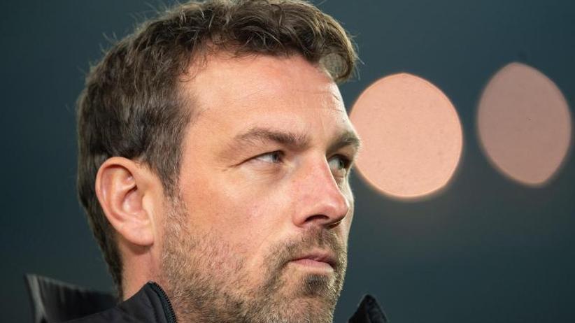 Weinzierl unter Druck: Trainer-Kandidaten im Visier? VfB schweigt zu Medien-Bericht