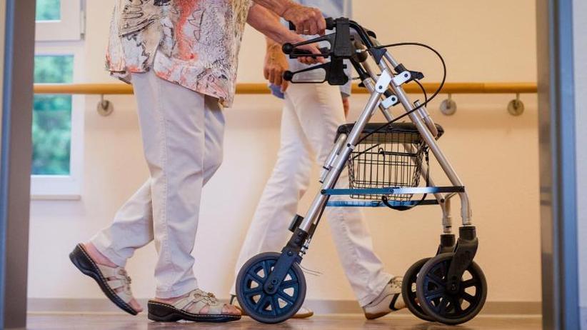 personalmangel in der pflege mehr als die h lte der. Black Bedroom Furniture Sets. Home Design Ideas