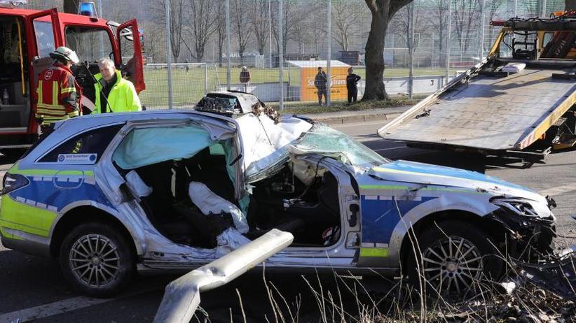 Unfall in Kreisverkehr: Polizistin stirbt bei Einsatzfahrt in Saarbrücken