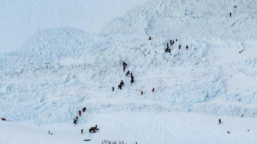 Mindestens vier Verletzte: Lawine verschüttet Skifahrer auf Schweizer Piste