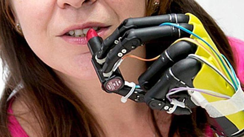 Künstliche Hand: Neue Prothesen mit mehr Gefühl