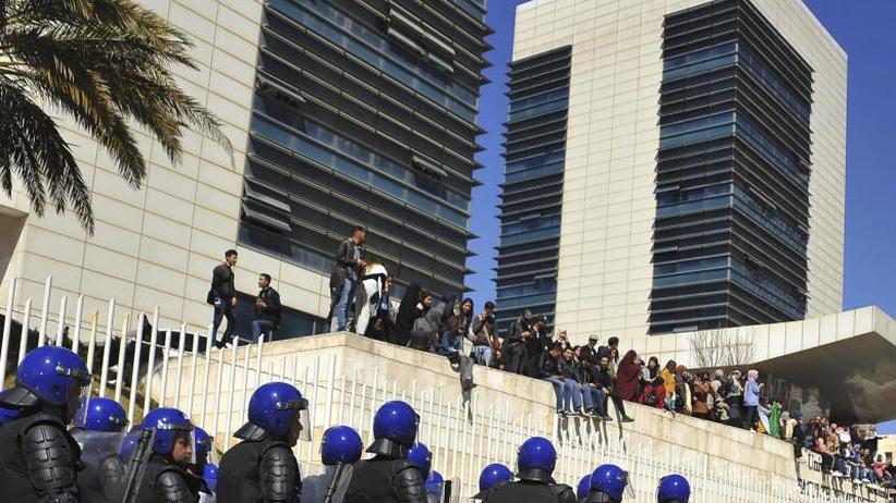 Boykottaufrufe und Proteste: Algeriens Präsident kandidiert wieder und kündigt Rückzug an
