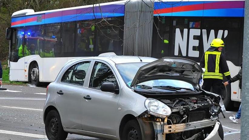 Pkw kracht frontal in Bus: 13 Verletzte bei Unfall mit Linienbus