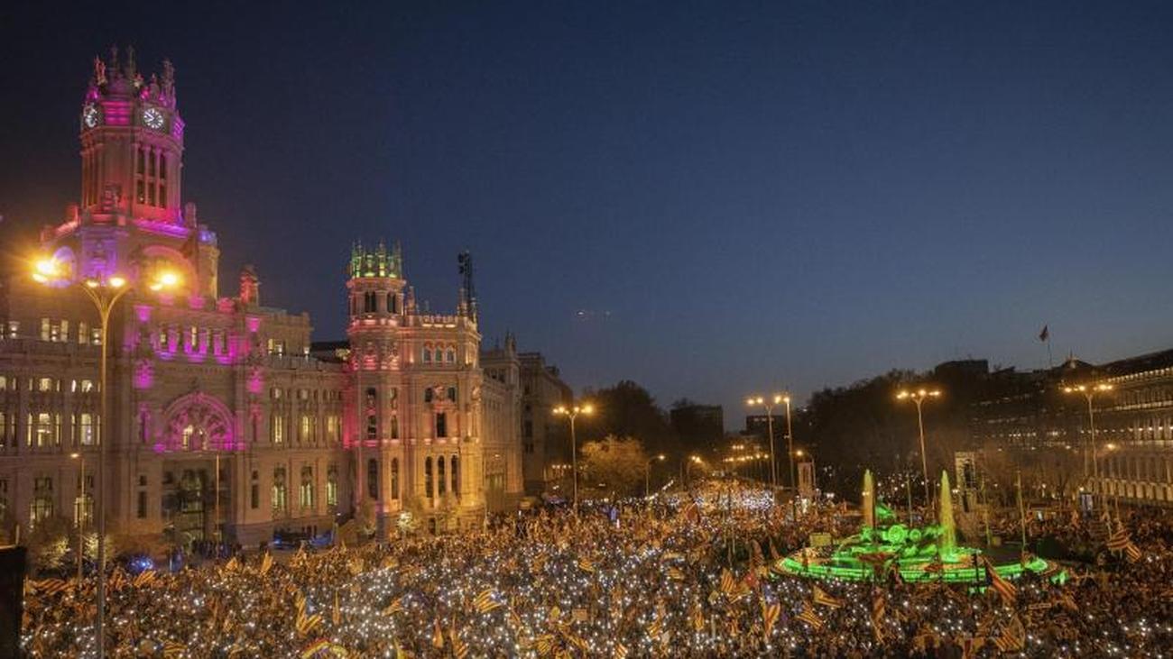 "Katalanen in der Hauptstadt: ""Esteladas"" in Madrid: Großdemo gegen Separatistenprozess"