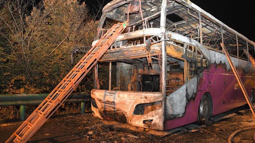 Fahrer festgenommen: 26 Menschen sterben in China in brennendem Reisebus