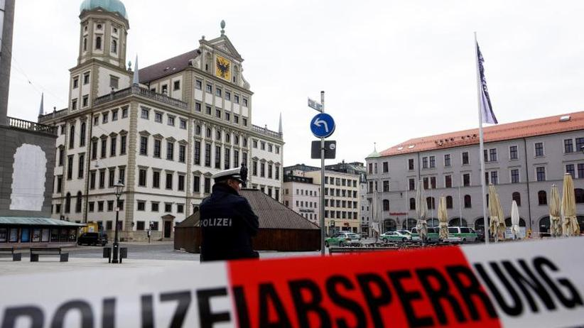 Großeinsatz inAugsburg: Wegen Drohungen: Mindestens sechs Rathäuser evakuiert