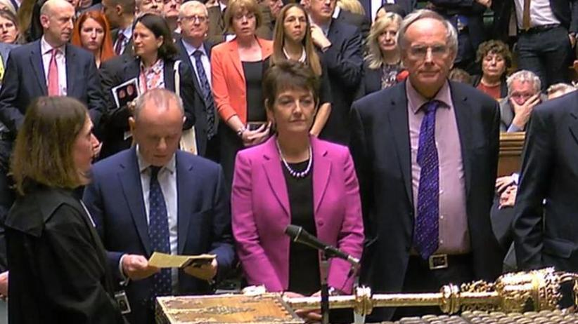 Parlament gegen No-Deal-Brexit: Britische Premierministerin May stellt Rücktritt in Aussicht